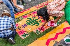 Het verfraaien van het geverfte tapijt van de zaagsel Heilige Donderdag, Antigua, Guatemala Stock Afbeelding