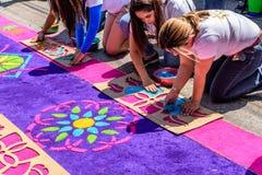 Het verfraaien van het geverfte tapijt van de zaagsel Heilige Donderdag, Antigua, Guatemala Stock Foto