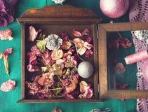 Het verfraaien van huis voor Kerstmis Stock Foto's