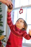 Het verfraaien van Kerstboom Stock Foto's