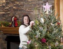Het verfraaien van Kerstboom Royalty-vrije Stock Fotografie