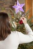 Het verfraaien van Kerstboom Stock Fotografie