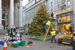 Het verfraaien van Kerstboom in Stad Royalty-vrije Stock Foto's