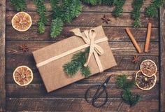 Het verfraaien van Kerstmis stelt voor Giftdoos met Kerstmisdecor - D Stock Foto's