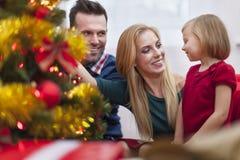 Het verfraaien van Kerstmisboom Stock Afbeelding