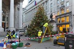 Het verfraaien van Kerstmisboom Royalty-vrije Stock Afbeelding