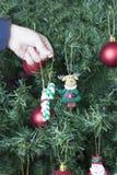 Het verfraaien van Kerstmisboom Royalty-vrije Stock Foto