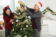 Het verfraaien van Kerstmisboom Royalty-vrije Stock Foto's