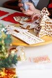 Het verfraaien van peperkoekkoekjes royalty-vrije stock afbeelding