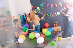 Het verfraaien van ruimte voor verjaardagspartij stock afbeeldingen