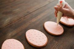Het verfraaien van snoepjes en desserts met suikerglazuur cookery stock afbeeldingen