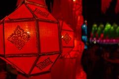 Het verfraaien van Thailand traditionele rode document lantaarn stock fotografie