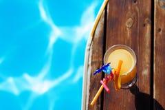 Het verfrissen coctail zich dichtbij zwembad op vakantie Royalty-vrije Stock Foto