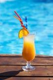 Het verfrissen coctail zich dichtbij zwembad op vakantie Stock Afbeelding