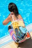Het verfrissen van de vrouw zich met blauw water Stock Afbeeldingen