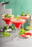 Het verfrissen zich margaritas van de de zomerwatermeloen met kalk royalty-vrije stock afbeeldingen