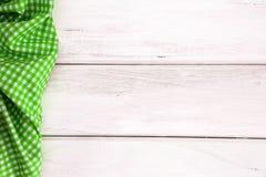 Het Verfrommelde groene geruite tafelkleed of het servet op leeg wit Royalty-vrije Stock Afbeeldingen