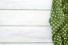 Het verfrommelde groene geruite tafelkleed of het servet op leeg wit streeft na Stock Fotografie