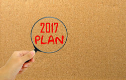 Het vergrootglas van de handholding met het nieuwe jaar van het woorden 2017 plan Royalty-vrije Stock Foto's