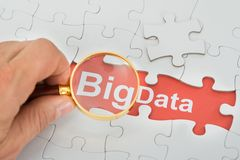 Het vergrootglas van de persoonsholding over grote gegevensteksten Royalty-vrije Stock Afbeeldingen