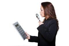 het vergrootglas van de vrouwencalculator Stock Foto's