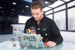 Het vergrootglas van de zakenmanholding terwijl digitale marketing op laptop stock foto's