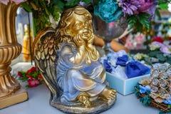 Het vergulde cijfer van een engel met vleugels stock afbeeldingen