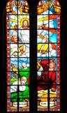 Het verhaal van de bijbel over Jesus op gebrandschilderd glas stock fotografie