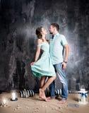 Het verhaal van de liefde Jong paar in blauwe kleding en tshort in studio royalty-vrije stock foto's