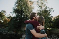 Het verhaal van de liefde Het lopen kussen Mooie familie stock fotografie