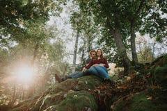 Het verhaal van de liefde Het lopen Mooie familie Embrance stock fotografie