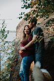 Het verhaal van de liefde Het lopen Mooie familie Embrance royalty-vrije stock afbeeldingen