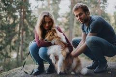 Het verhaal van de liefde Het lopen Mooie familie Embrance stock afbeeldingen