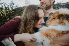Het verhaal van de liefde Het lopen Mooie familie Embrance royalty-vrije stock afbeelding