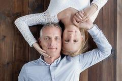 Het verhaal van de liefde Mooi gelukkig paar De kerel en het meisje houden van elkaar royalty-vrije stock foto's