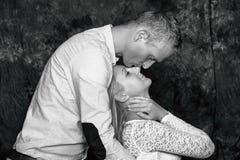 Het verhaal van de liefde Mooi gelukkig paar De kerel en het meisje houden van elkaar royalty-vrije stock afbeeldingen