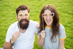 Het verhaal van de liefde Paar die groen gazon ontspannen Man gebaarde hipster en mooie vrouw in liefde De vakantie van de zomer  royalty-vrije stock afbeeldingen