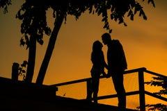 Het verhaal van de liefde Paar op de zonsondergang Silhouet van minnaars stock afbeelding