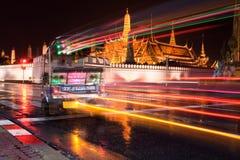 Het Verkeer Tuk die Tuk van de Nacht van Bangkok Groot Paleis overgaat Stock Afbeelding