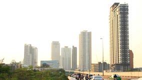 Het verkeer van Bangkok op de weg en hemeltrein (opgeheven spoor) stock videobeelden