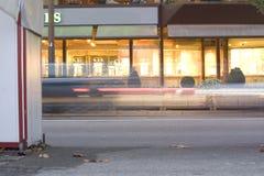 Het Verkeer van de auto bij nacht Stock Foto's