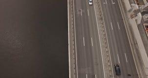 Het verkeer van de autoauto's van dam heilige-Petersburg stock video