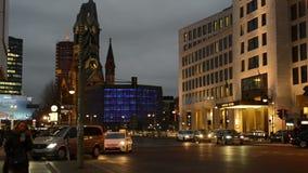 Het verkeer van de avondtijd bij het district Charlottenburg van Berlijn naast Bahnhof-Dierentuin stock footage
