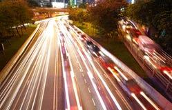 Het verkeer van de nacht in bezige stad Stock Foto