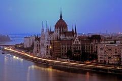 Het verkeer van de nacht in Boedapest Stock Fotografie