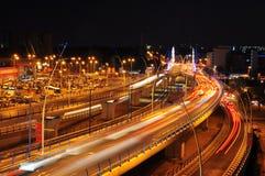 Het verkeer van de nacht op Basarab brug, Boekarest Stock Foto