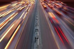 Het verkeer van de nacht op weg Stock Afbeeldingen