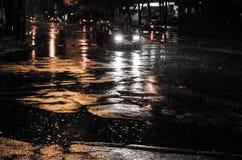 Het verkeer van de nachtstad onder regen royalty-vrije stock foto's