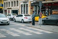 Het verkeer van de Ortakoystraat in Istanboel, Turkije Stock Afbeeldingen