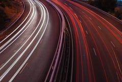 Het verkeer van de snelweg op de stad (de motie van het autoonduidelijke beeld) royalty-vrije stock afbeelding